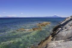 rocce compatte nel mar Mediterraneo blu Fotografie Stock