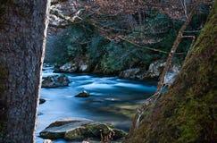 Rocce con il fiume scorrente molle Immagini Stock Libere da Diritti