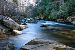 Rocce con il fiume scorrente molle Fotografia Stock Libera da Diritti