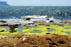 Rocce con il mare nei precedenti, con i cieli blu Fotografia Stock