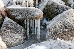 Rocce coperte di ghiaccio Riva del lago congelata fotografia stock