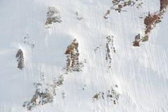 Rocce coperte di neve all'aperto immagini stock
