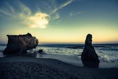rocce dall'oceano al tramonto Fotografia Stock Libera da Diritti