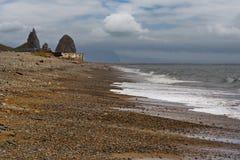 Rocce del mare di Okhotsk vicino alla città di Magadan immagini stock