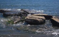 Rocce del mare e chiarore del sole Immagine Stock Libera da Diritti