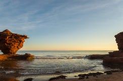 Rocce dell'arenaria rossa ad alta marea Fotografia Stock