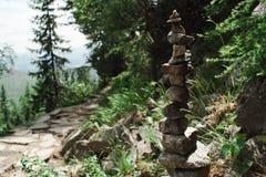 Rocce della forma di equilibrio piccole - armonia in natura fatta da umano fotografia stock