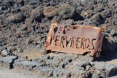 Rocce della lava di Los Hervideros del bordo del segno del metallo di lerciume, Lanzarote fotografia stock