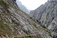 Rocce della montagna con un piccolo percorso Fotografia Stock