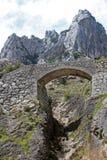 Rocce della montagna con un ponte di pietra Fotografia Stock Libera da Diritti