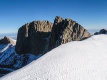 Rocce della montagna di Snowy Fotografie Stock Libere da Diritti