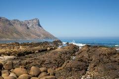 Rocce della spiaggia della montagna immagini stock