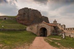 Rocce di Belogradchik e Fortress'entrance, Bulgaria Fotografie Stock Libere da Diritti