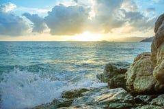 Rocce di colpo delle onde della spruzzata Fotografia Stock