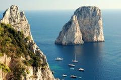Rocce di Faraglioni all'isola di Capri immagini stock