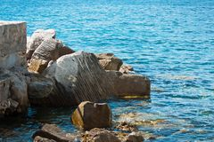 Rocce di pietra di massima in mare Fotografia Stock