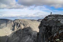 Rocce di pietra grige e fredde nelle montagne maestose della Russia Nella distanza potete vedere la siluetta immagine stock libera da diritti