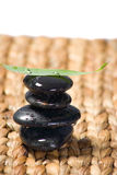 Rocce di zen impilate con un foglio Immagine Stock Libera da Diritti