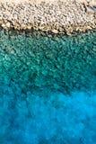 Rocce e Aqua Water nei Caraibi immagine stock