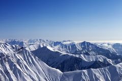 Rocce e cielo blu di Snowy nel giorno piacevole del sole, vista fuori dalla pista SL Fotografie Stock Libere da Diritti