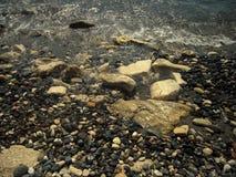 Rocce e ciottoli del mar Bianco lavati dall'onda Fotografie Stock