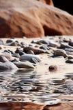 Rocce e ciottoli sulla spiaggia Fotografia Stock
