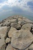 Rocce e frangiflutti della spiaggia fotografati con il fish-eye Fotografia Stock Libera da Diritti