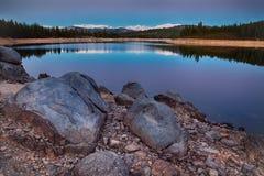 Rocce e lago Fotografia Stock