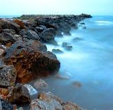 Rocce e mare blu Fotografie Stock Libere da Diritti