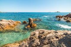 Rocce e mare blu in spiaggia di Santa Maria Navarrese fotografia stock