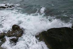 Rocce e mare sparati il giorno nuvoloso Immagine Stock
