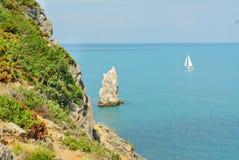 Rocce e navi nel mare vicino a Jalta. Crimea.Ukraine Immagini Stock Libere da Diritti
