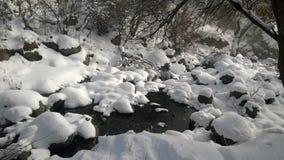 Rocce e neve in molla in anticipo Immagine Stock