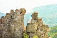 Rocce e pietre della montagna con la spiaggia di vista aerea su fondo Immagini Stock
