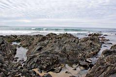 Rocce e sabbia sulla spiaggia immagini stock