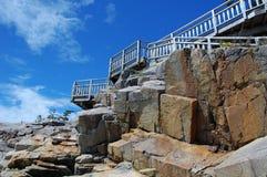 Rocce e scaletta della spiaggia Immagine Stock