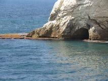 Rocce e scogliere delle pietre sul mare in Rosh Hanikra Israele immagine stock