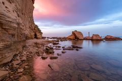 Rocce e scogliere sulla costa Est italiana immagini stock libere da diritti