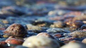Rocce e spuma del lago Superiore sulla spiaggia croccante del punto stock footage