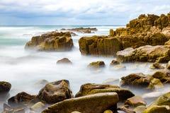 Rocce ed acqua Colourful fotografia stock libera da diritti