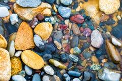Rocce ed acqua Colourful immagini stock libere da diritti