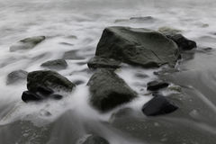 Rocce ed acqua liscia Immagine Stock