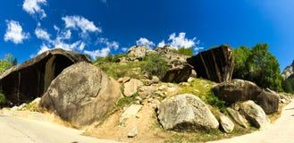 Rocce ed alberi di panorama Fotografia Stock