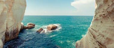 Rocce ed il mare fotografie stock