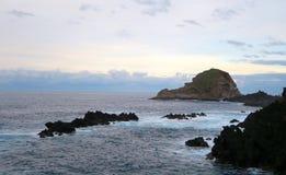 Rocce ed isola nel mare, Madera, Portogallo immagine stock libera da diritti