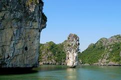 Rocce ed isole della baia di lunghezza dell'ha vicino all'isola di Cat Ba, Vietnam immagine stock libera da diritti