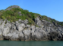 Rocce ed isole della baia di lunghezza dell'ha vicino all'isola di Cat Ba, Vietnam Immagine Stock