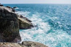 Rocce ed oceano, bello paesaggio Immagini Stock Libere da Diritti