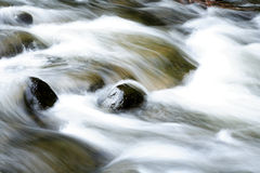 Rocce in flusso fotografia stock