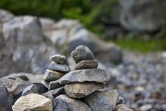Rocce impilate dal lago Immagini Stock